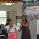Dona Maria de Fátima, da comunidade do Tomé, recita poesia de autoria própria.